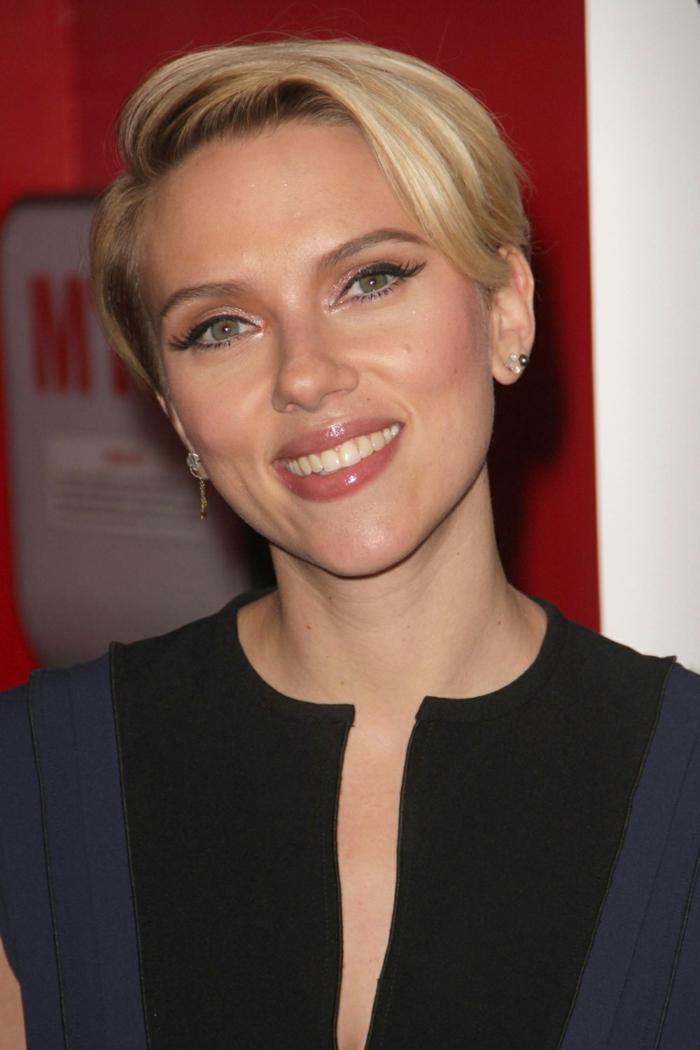 coupe cheveux fin, frange de côté, maquillage yeux bleus, carré pixie tendance