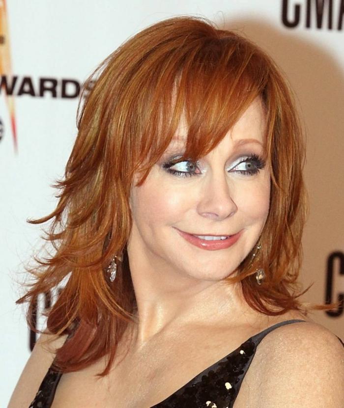 coupe cheveux fin, cheveux roux, yeux bleus, coiffure carré long frangé
