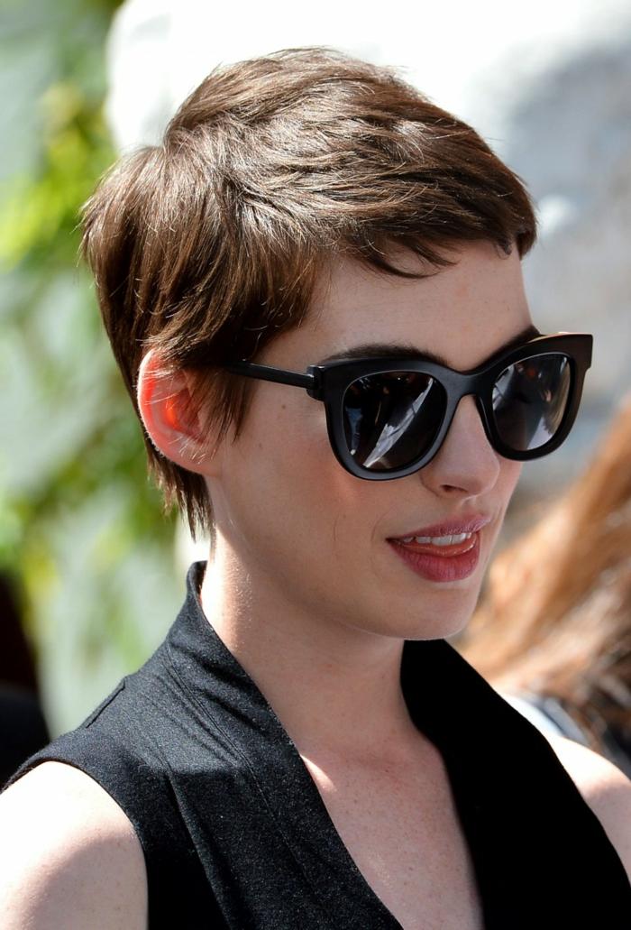 coupe cheveux fin, coupe garçonne, cheveux chataîns, lunettes de soleil tendance