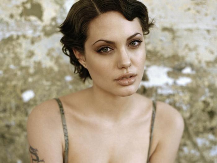 coupe cheveux ondulés, coupe de cheveux années 20, Angelina Jolie, joli trait d'eyeliner