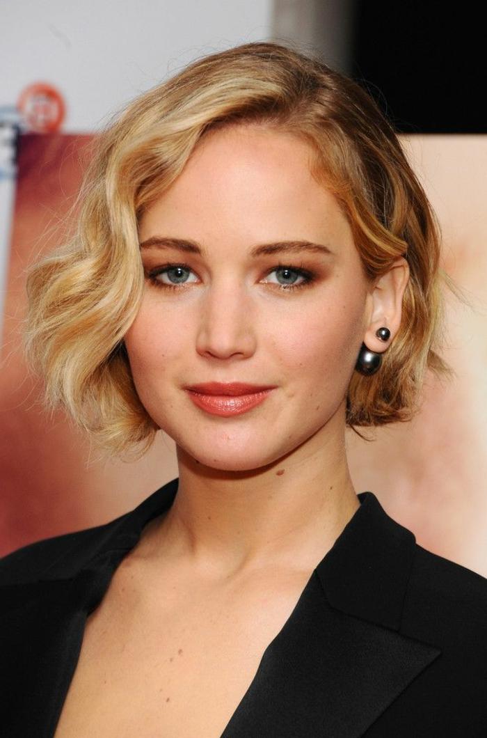 coupe cheveux ondulés, ombres à paupières pour yeux bleus, lèvres couleur discrète