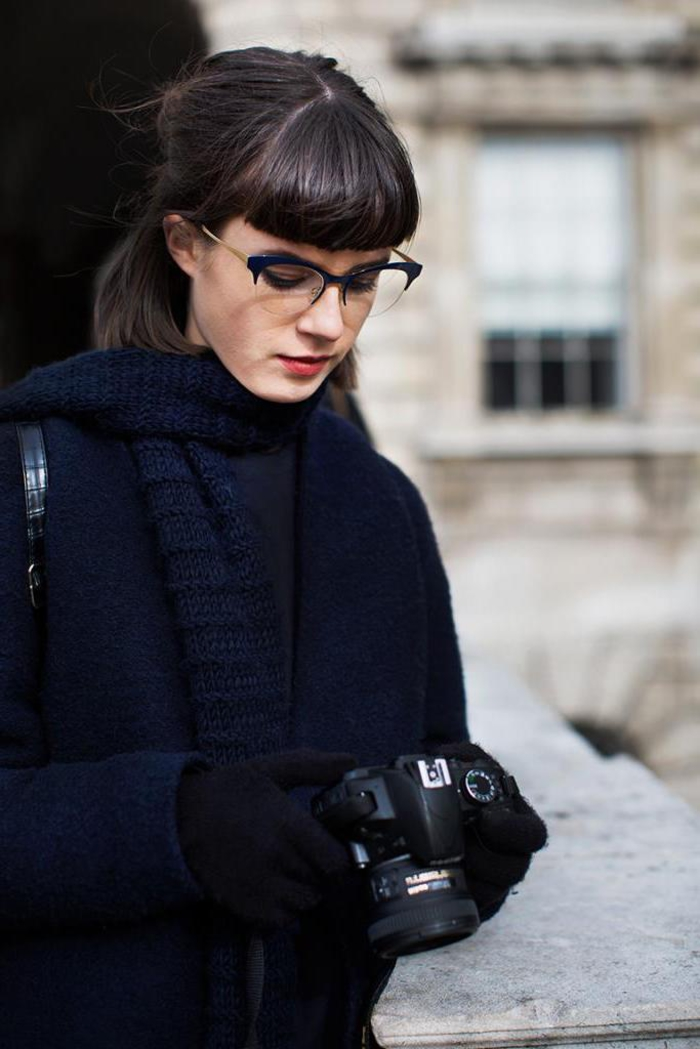 une jolie coiffure frange femme d'une allure rétro rehaussée par une paire de lunettes vintage et la coiffure demi-queue