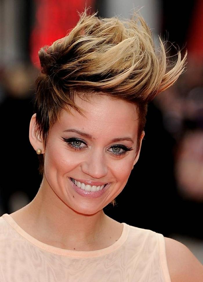 coupe cheveux fins, coiffure de Marion Cotillard, frange extravagnate, cheveux chataîns ax nuances blondes