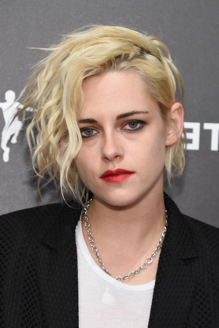 coupe courte cheveux frisés, coupe au carré asymétrique, lèvres rouges, cheveux blonds