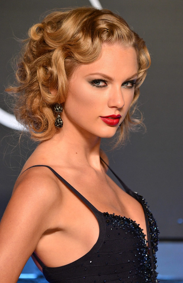 coupe courte cheveux frisés, Taylor Swift, frange ondulante et cheveux frisés