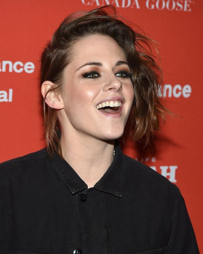 coupe courte cheveux frisés, Kristen Stewart, chemise noire, maquillage smokey