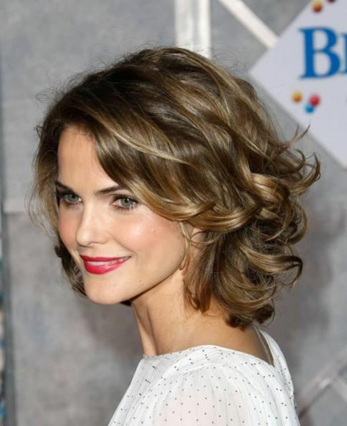 coupe courte cheveux frisés, carré ondulé, coiffure élégante, carré sur cheveux chataîns