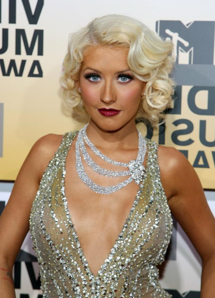 coupe courte cheveux frisés, robe couleur argentén collier extravagant, Christina Aguilera