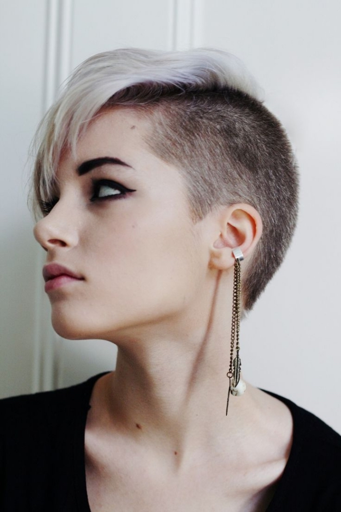 cheveux courts, couleur de cheveux gris avec mèches rose et racines noires, coiffure cheveux rasé sur le côté