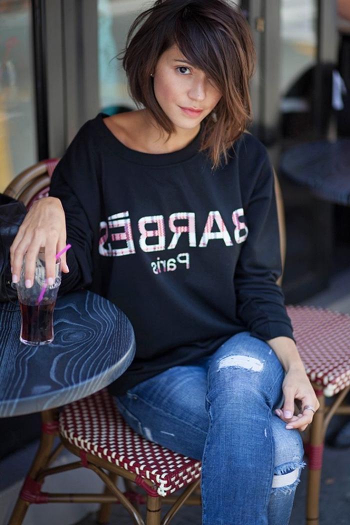 idée coiffure cheveux mi long, tenue casual en jeans et sweatshirt noir pour femme, ongles courts à vernis nude