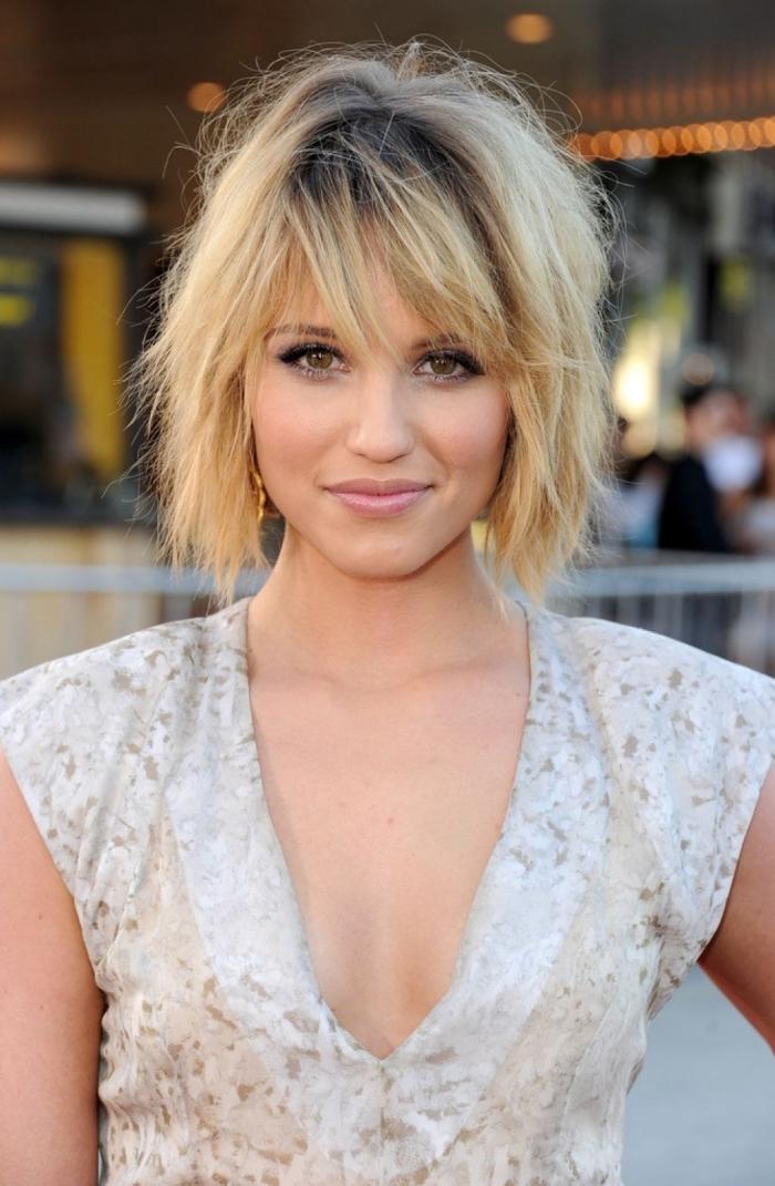 coupe de cheveux dégradé, robe blanche avec reflets dorés à motifs floraux et décolleté en V