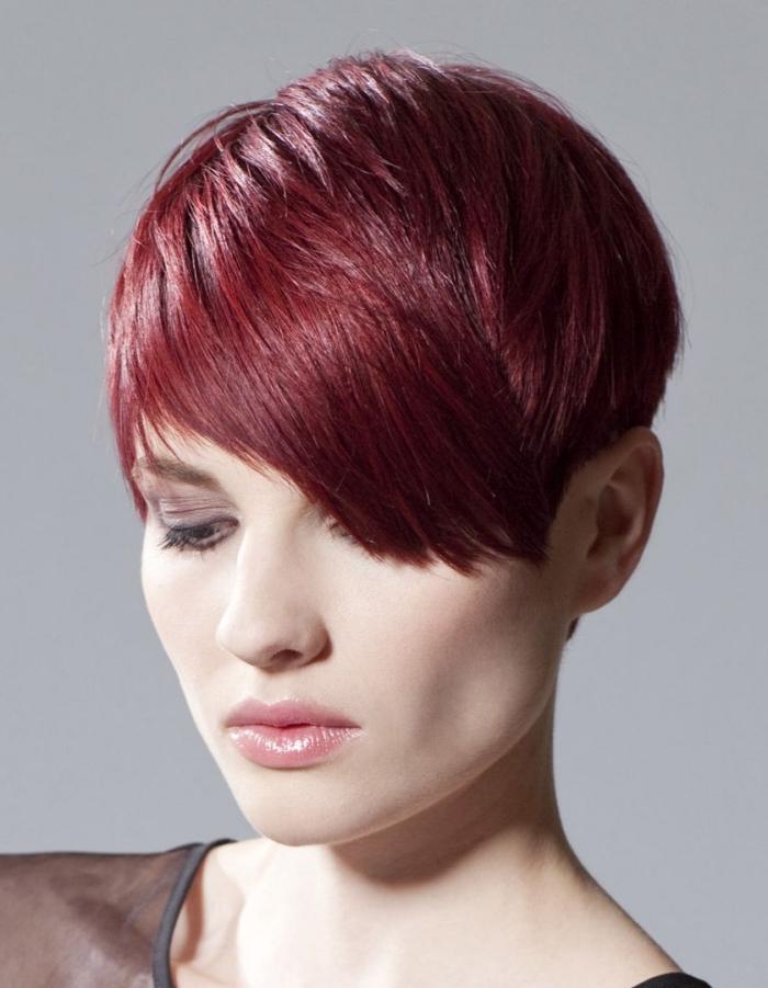 coloration de cheveux rouge éclatant, maquillage naturel aux lèvres rose et fard à paupières marron