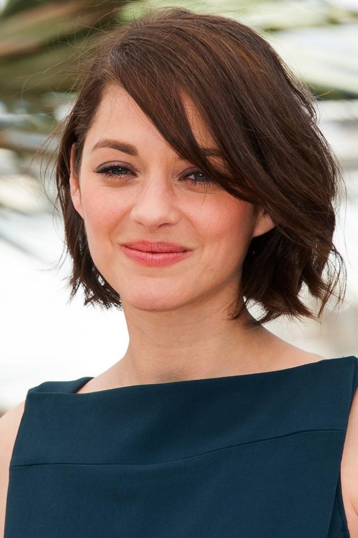 carré frange, coiffure célébrité de Marion Cotillard, couleur de cheveux marron, robe en bleu foncé avec col