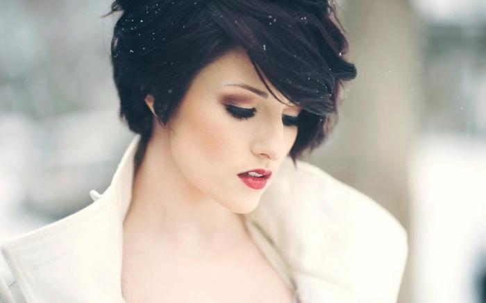 modele de coiffure, coupe courte femme, couleur de cheveux noir aux reflets violets, maquillage lèvres rouge avec fards à paupières marron
