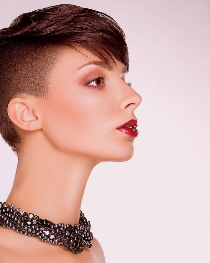 coiffure courte avec frange, couleur de cheveux auburn, coiffure femme cheveux rasé sur le côté avec volume en haut et frange