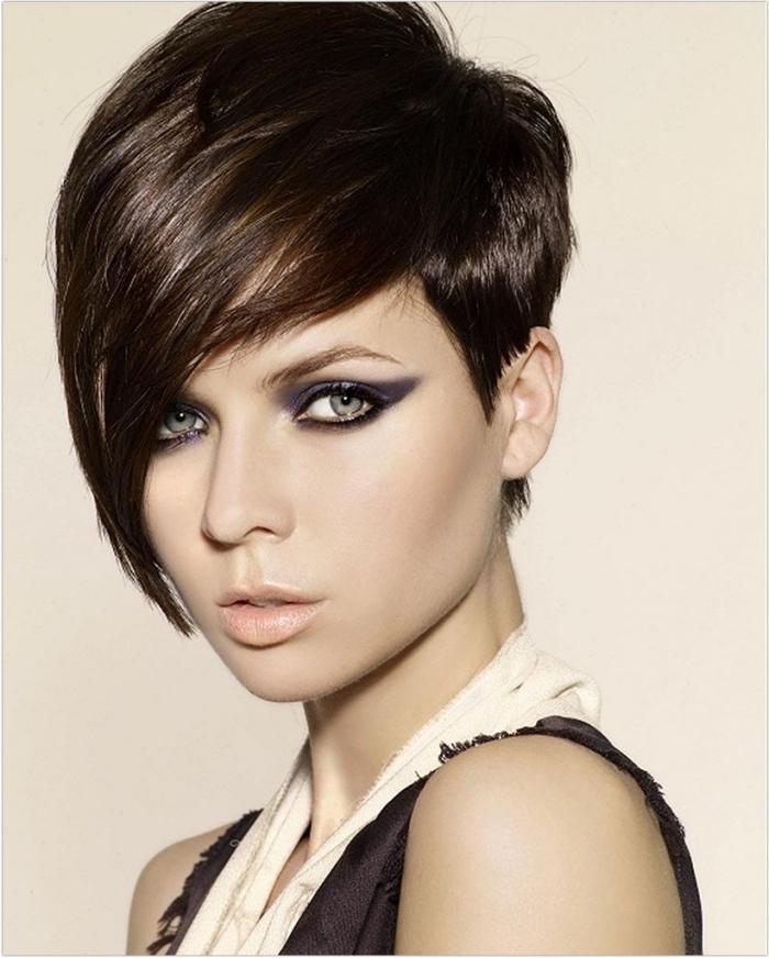 coiffure courte avec frange, couleur de cheveux marron femme, maquillage yeux foncés avec fards à paupières bleu foncé noir