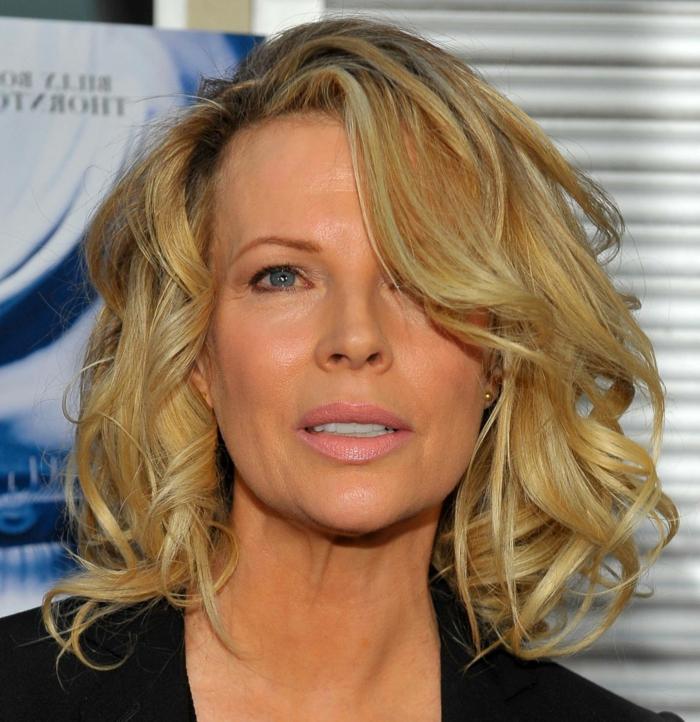modele coupe de cheveux, Kim Basinger avec ses cheveux blonds et une coupe au carré