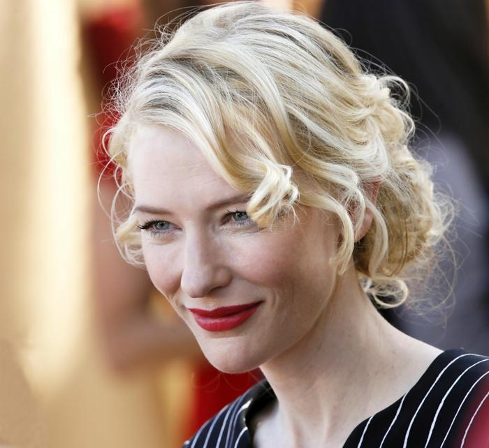 coupe de cheveux femme, coiffure de Cate Blanchett-lèvres rouges, yeux légèrement soulignés