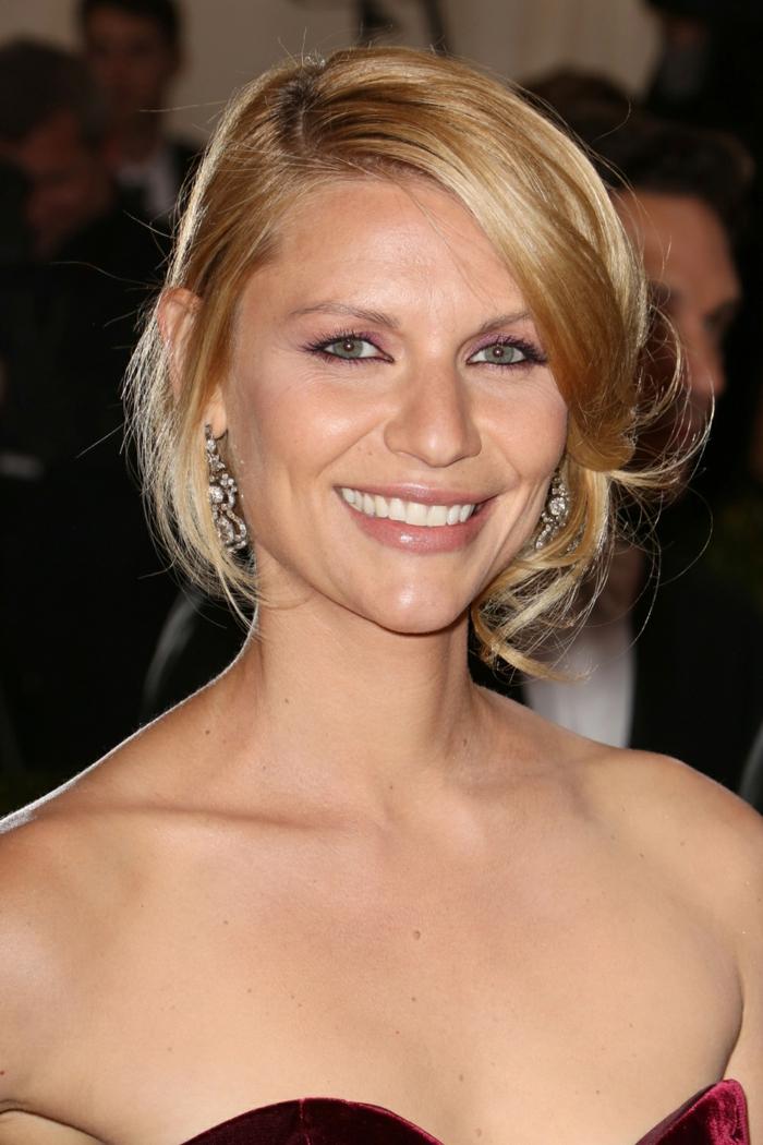 coupe de cheveux femme, cheveux fins et blonds, boucles d'oreilles originales, maquillage simple