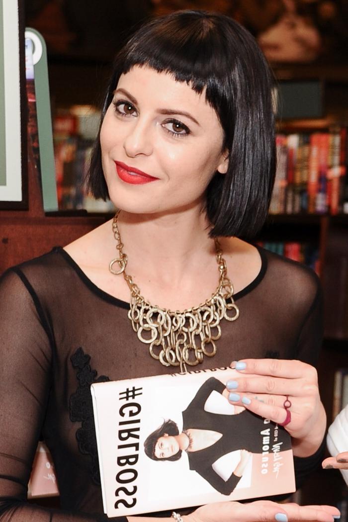 une coiffure d'un look cabaret avec frange effilée minimaliste et des cheveux courts lisses