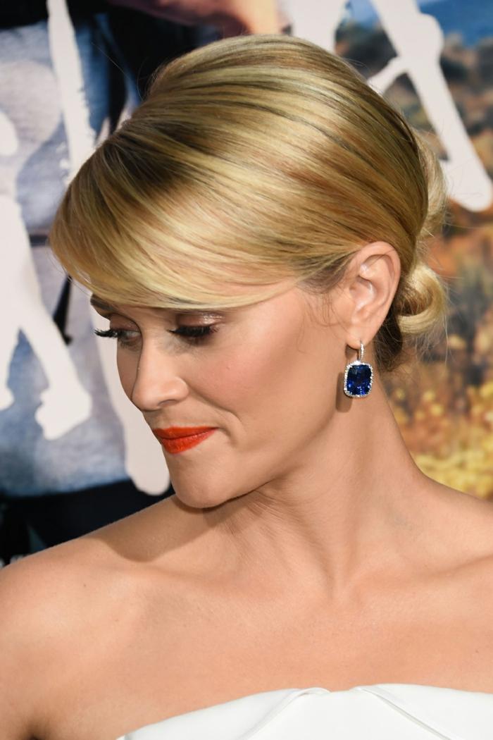 coupe mi courte femme, Reese Witherspoon avec un maquillage classy, boucles d'oreilles bleues