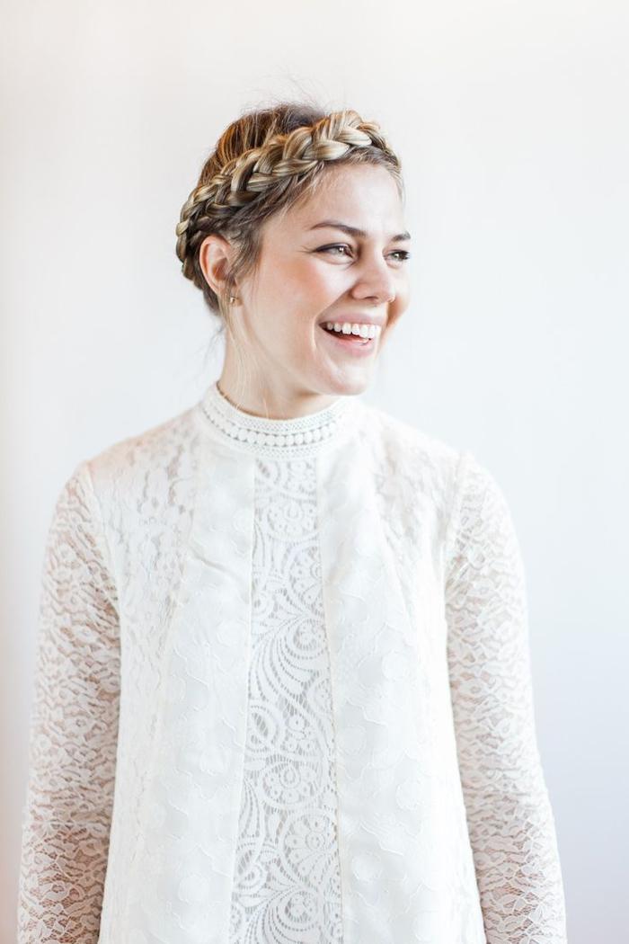 une coiffure cheveux attachés en couronne de tresse romantique et bohème chic, coiffure de mariée bohème chic à réaliser soi-mêle