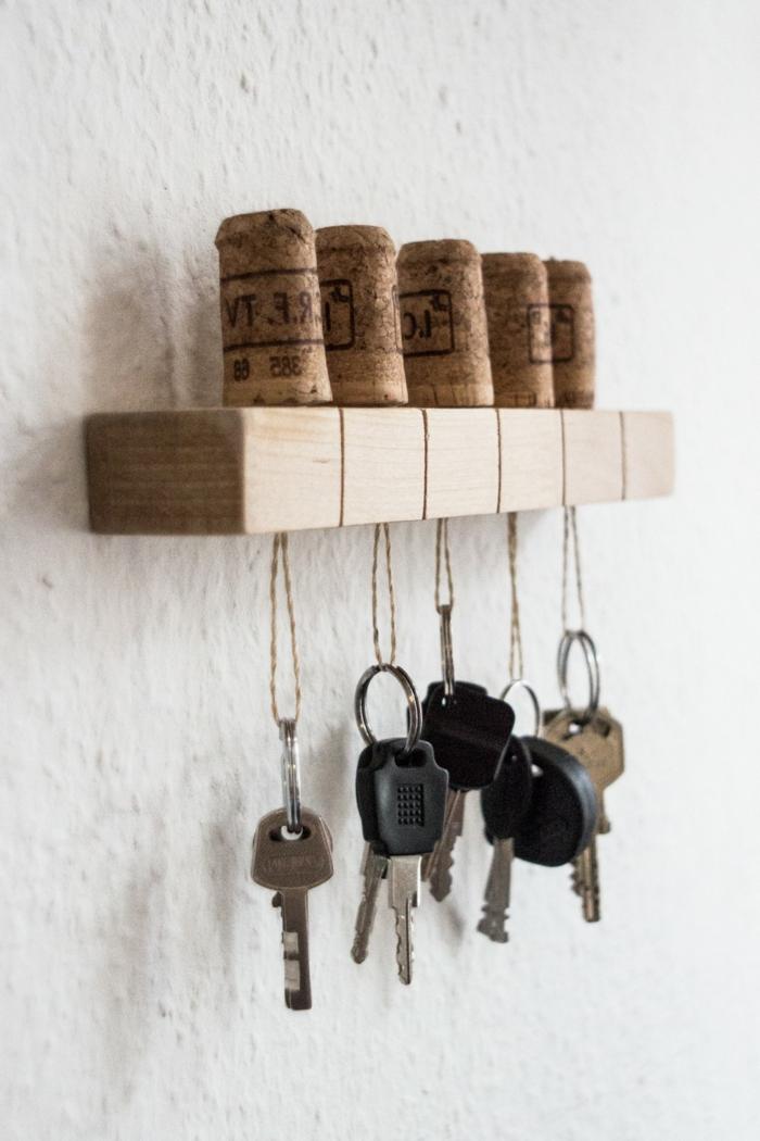 Facile moyen de ranger vos clés avec porte clé bouchon de liège cool idée déco