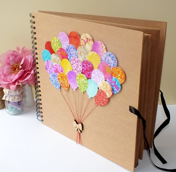 album photo scrapbooking, couverture en papier recyclé avec décoration multicolore à motifs ballons volants et ruban beige