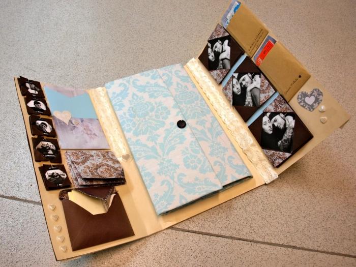 faire un album photo, projet scrapbooking en papier beige avec cadres photos noirs et déco en dentelle blanche