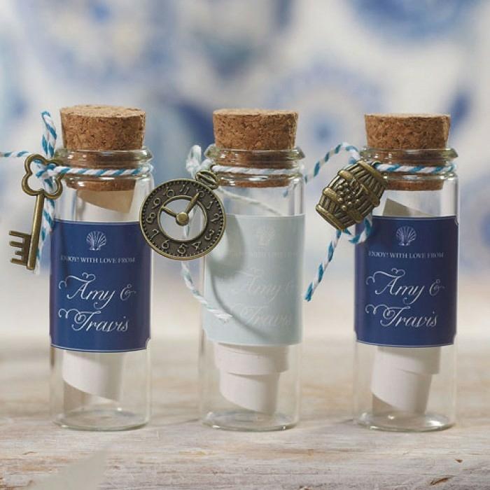 Petit cadeau mariage à faire soi-meme, miniature bouteille de verre embouchée d'un bouchon de liège décoré avec clé ou montre message pour remercier vos invités dans bouteille