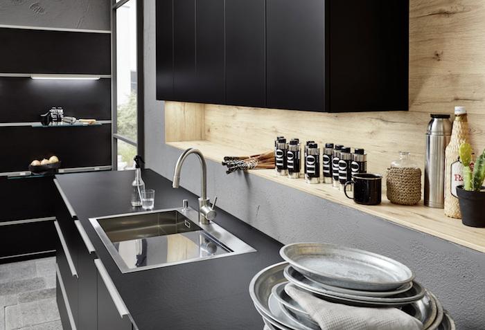 modele petite cuisine noire mat et mur en bois