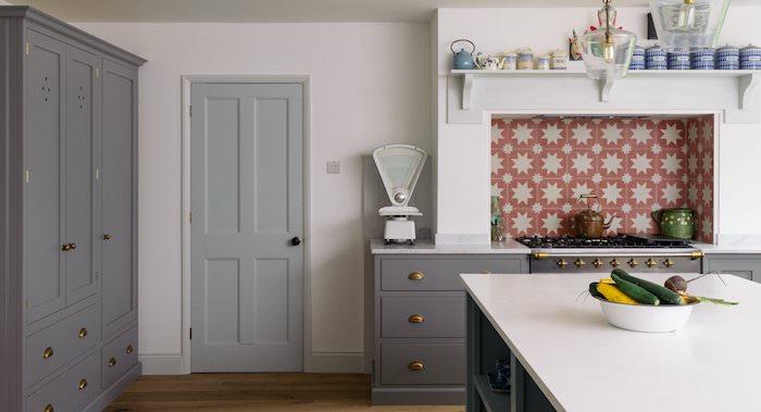 cuisine campagnard avec facade meuble cuisine grise et armoire grise, parquet marron, carrelage mosaique rouge à étoiles gris clair