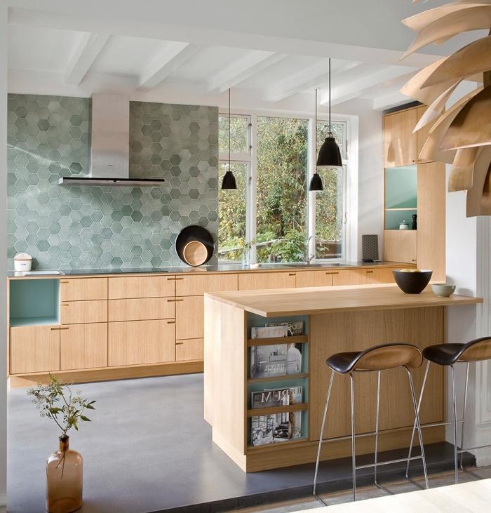 modele de cuisine, meubles de cuisine en bois clair, tabourets de bar en cuir noir, revêtement plancher imitation béton