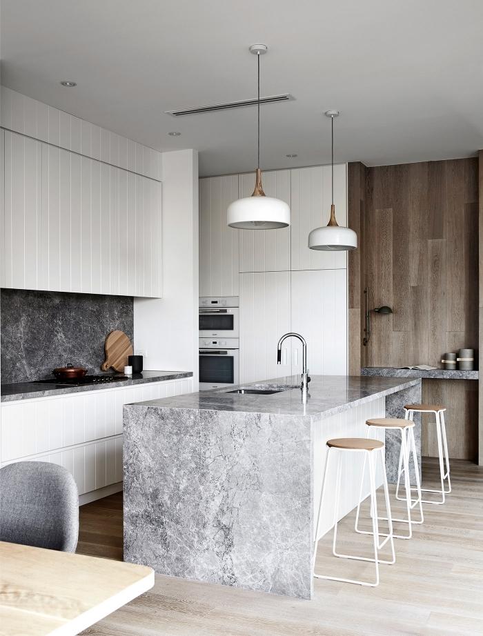 deco cuisine scandinave, lampes suspendues blanches avec finitions en cuivre, ilot centrale à design marbre gris