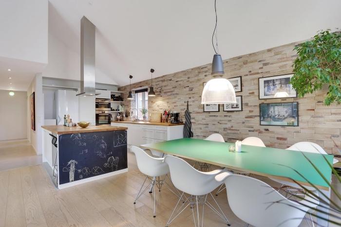 meuble scandinave, décoration murale avec cadres photos en bois marron foncé, plantes vertes dans la cuisine blanche et bois