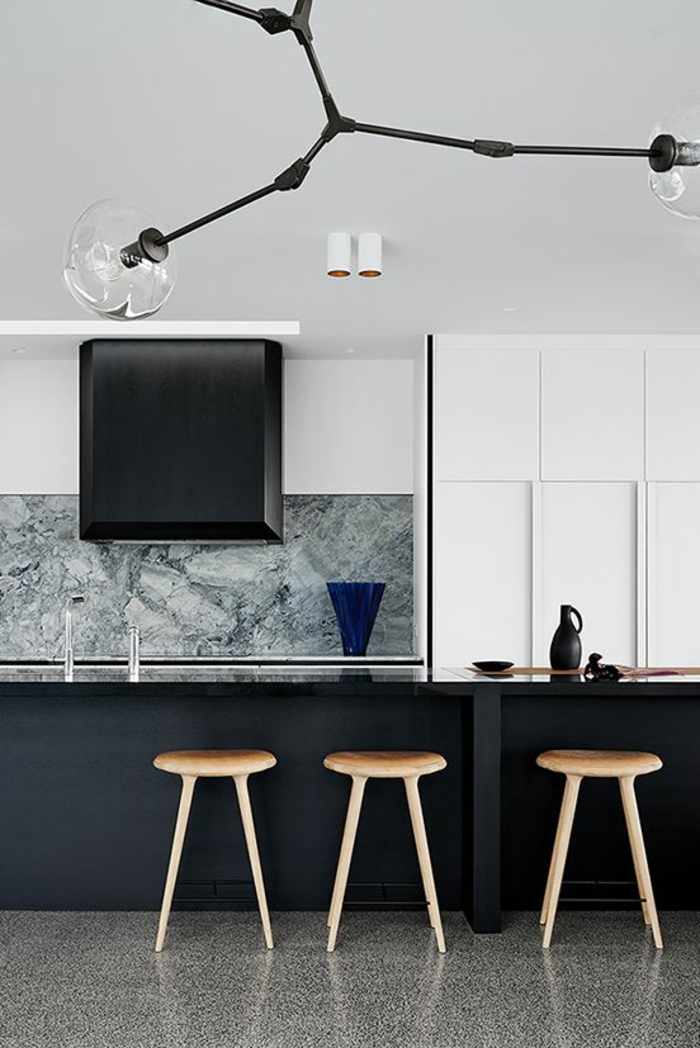 quelle couleur pour les murs d'une cuisine, gris souris et sticker mural effet marbré, revêtement du sol marbré, luminaire en métal noir, qui se termine en grandes boules en verre transparent
