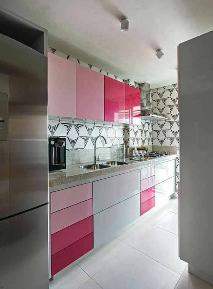quelle couleur pour les murs d'une cuisine, peinture pour meuble de cuisine, meubles en fuchsia et blanc, rose pâle et rose poudré