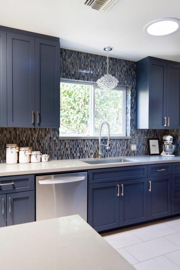 meuble bleu canard, cuisine bleu, nuancier de bleu, carrelage blanc, plafond blanc, luminaires combinés, luminaire style art déco en verre et luminaires ronds insérés au plafond