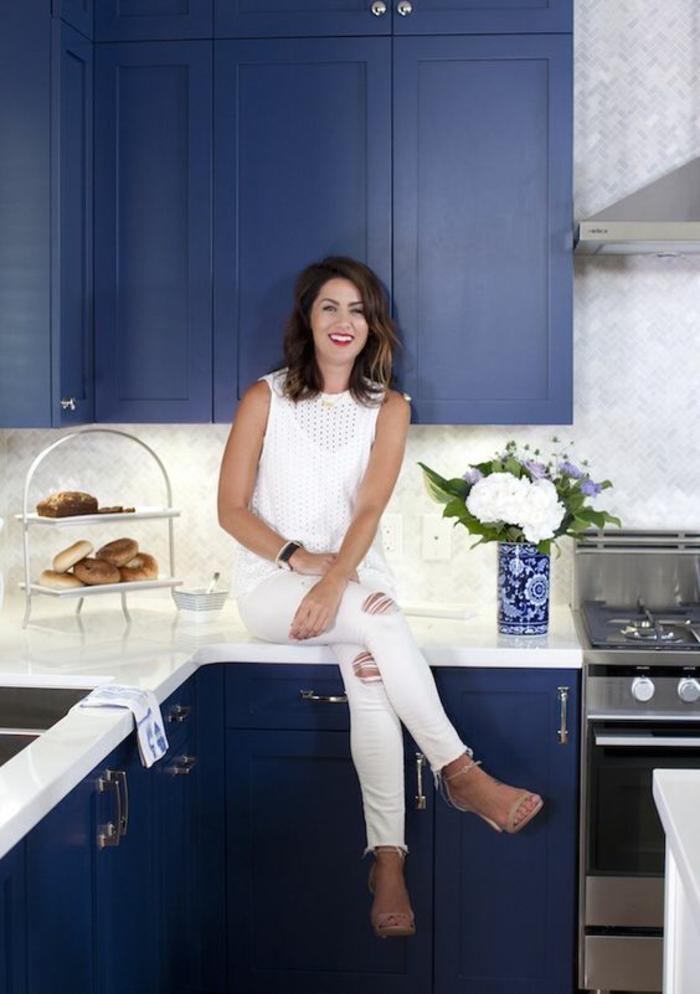 meuble bleu canard, nuancier de bleu, cuisine petite, plan de travail en blanc, fourneaux en inox avec aspirateur, îlot blanc