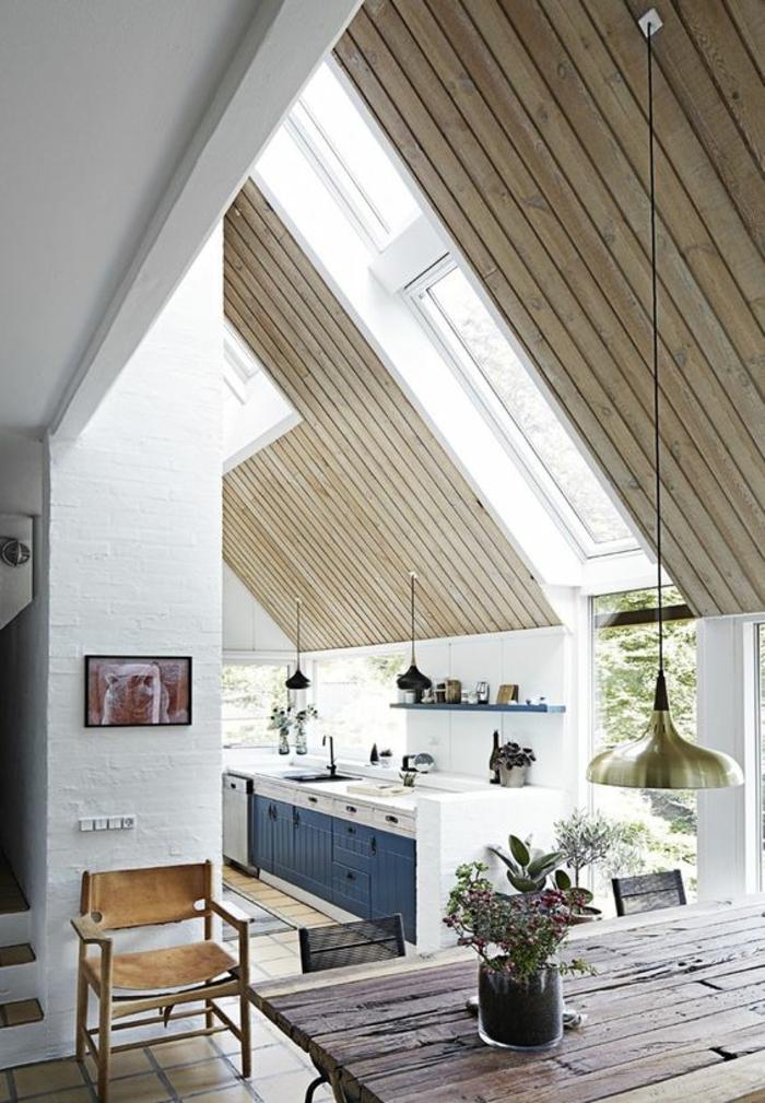 meuble bleu canard et blanc deco bleu canard cuisine sous les combles, poutres en bois clair et gris, table rectangulaire en bois rude marron