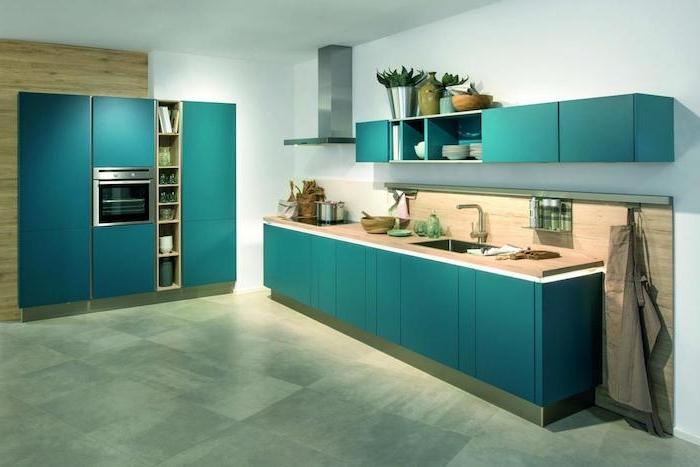 idee manegement cuisine deco bleu canard sur la facade meuble cuisine, sol en carrelage gris, plan de travail et crédence en bois, mur blanc