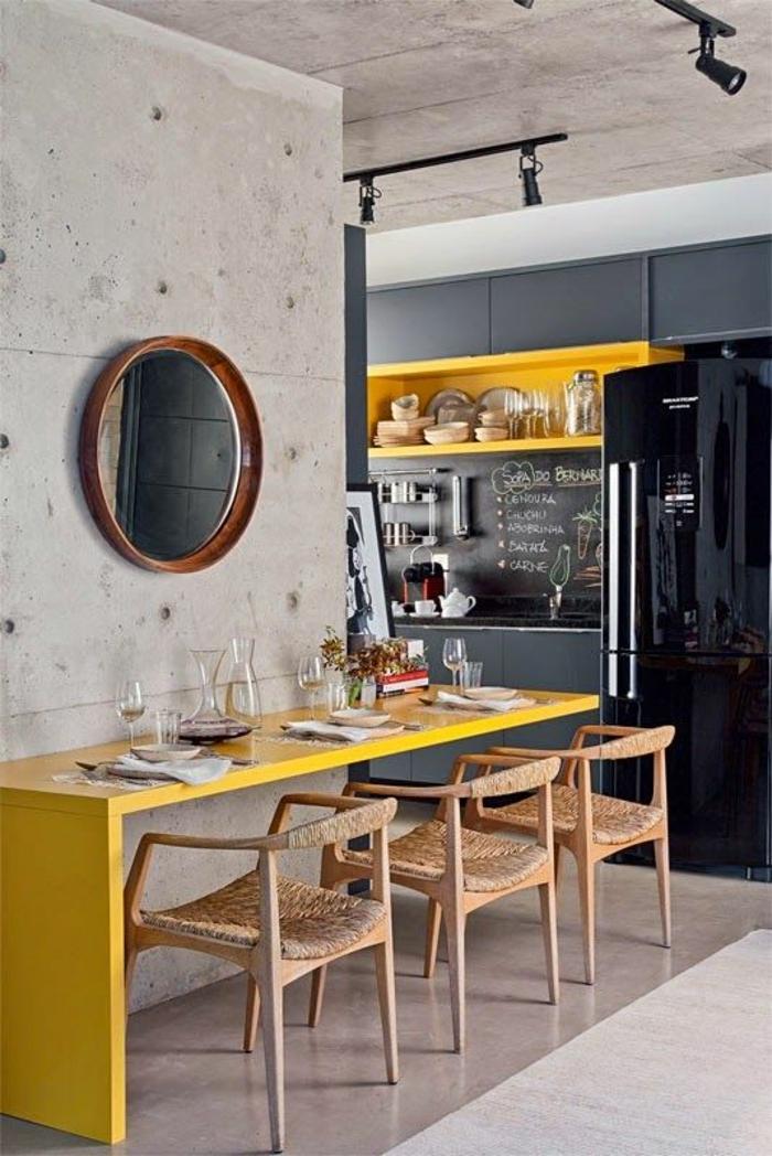 cuisine bois clair, peinture gris perle, cuisine blanche et grise, grand frigo noir, cuisine ouverte sur la salle à manger, avec miroir rond au cadre marron, style industriel