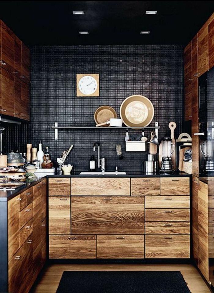 quelle couleur pour les murs d'une cuisine avec revêtement du mur au dessus du lavabo mosaïque en gris anthracite, meubles en nuances du beige et du marron, plafond en noir