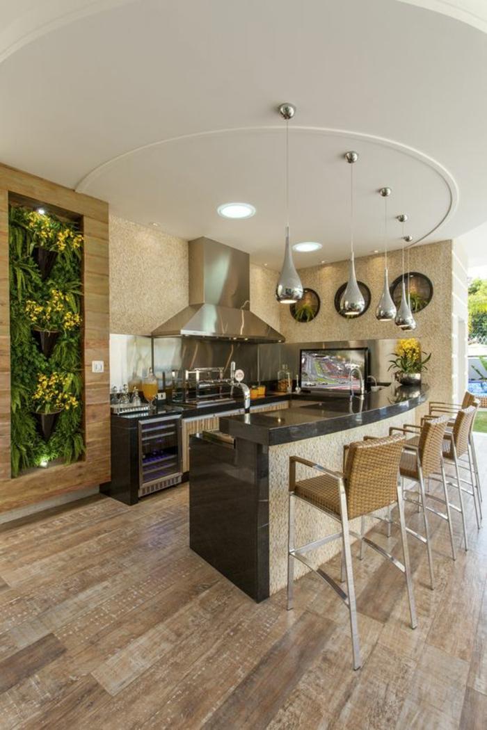 quelle couleur pour les murs d'une cuisine, beige, plafond en blanc, revêtement du sol en beige et marron clair, chaises de bar avec dossiers en beige, luminaires suspendus en métal argenté