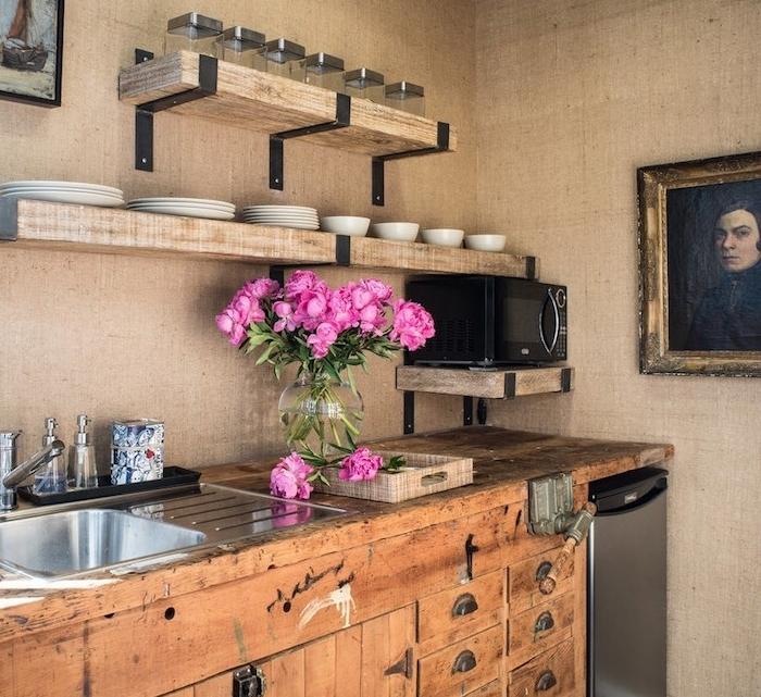exemple de cuisine rustique en beige avec meuble cuisine bois brut et etageres ouvertes en bois, portait homme vintage, bouquet de fleurs