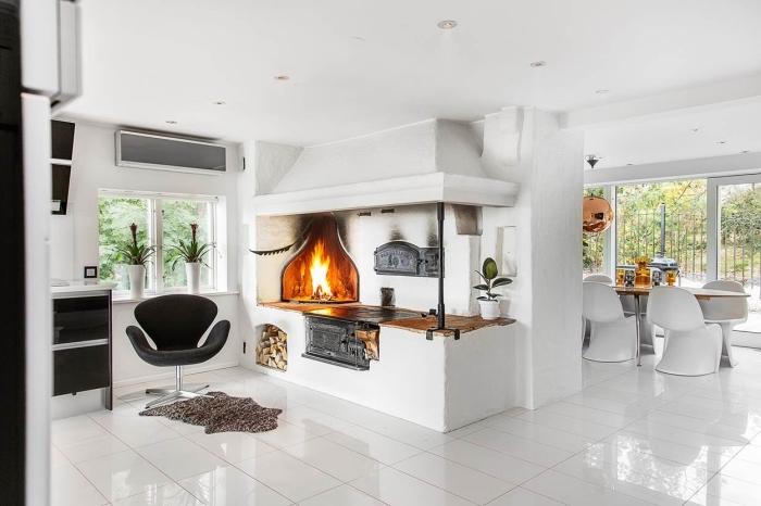 amenagement cuisine, carrelage de sol en blanc avec plafond blanc et éclairage led, cheminé rustique dans la cuisine