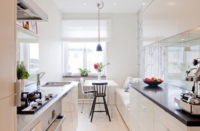 modele de cuisine, papier peint blanc à design branchettes, table à manger blanche avec chaises blanc et noir