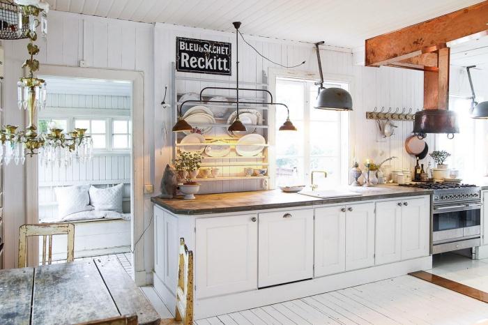 deco cuisine scandinave, lustre en or et cristaux massif, meubles bois vintage table et chaises, rangement assiette vertical