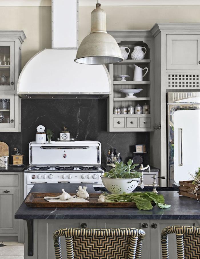 amenagement cuisine style campagne gris et blanc, ilot central et facade cuisine gris, credence noire, électroménager noire