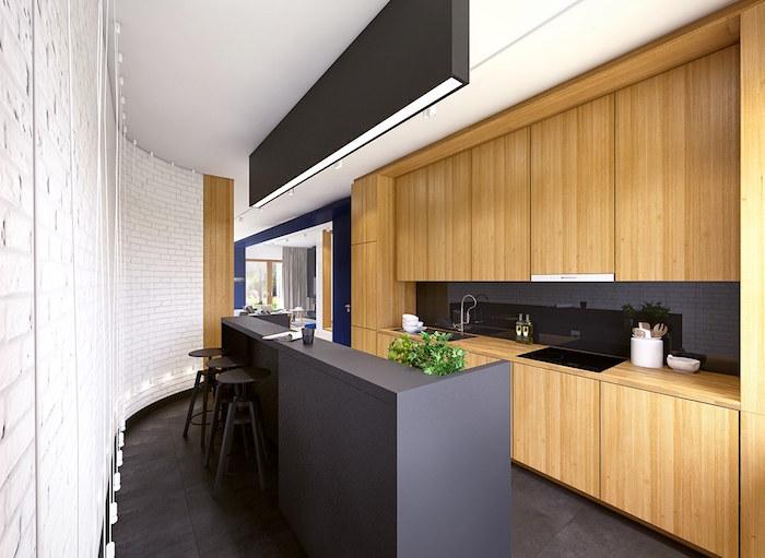 aménager cuisine en longueur en noir mat et bois